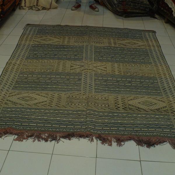 tapis kilim marocain pour d corer un salon. Black Bedroom Furniture Sets. Home Design Ideas