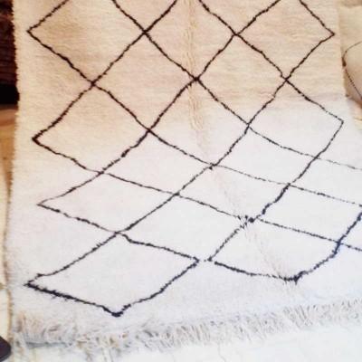 tapis berb re beni ouarain laine de couleur naturelle. Black Bedroom Furniture Sets. Home Design Ideas