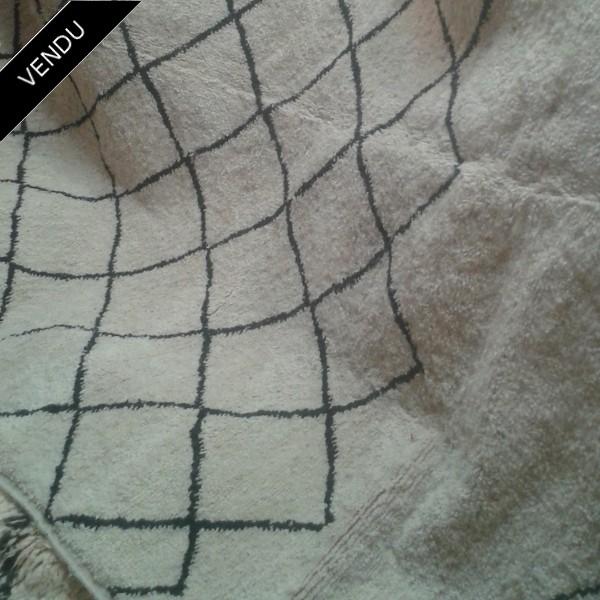 tapis marocain beni ouarain en laine du moyen atlas. Black Bedroom Furniture Sets. Home Design Ideas