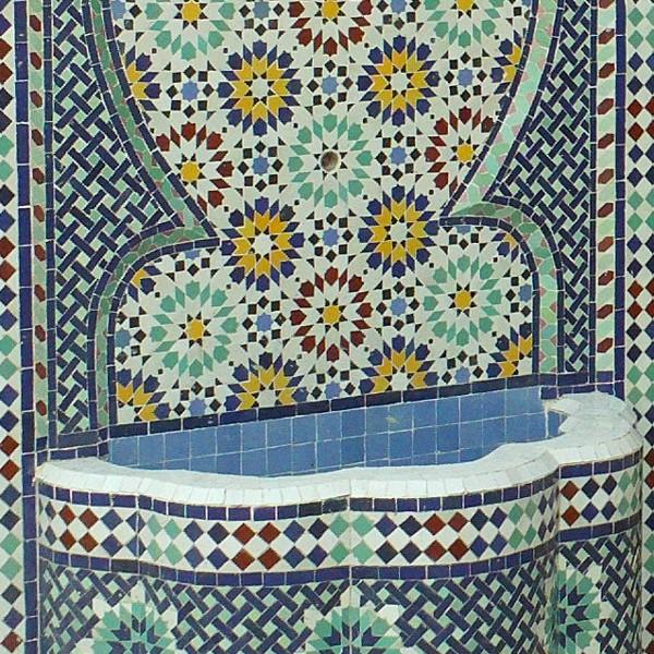 Fontaine murale en zellige typiquement marocaine - Fontaines de jardin murales ...