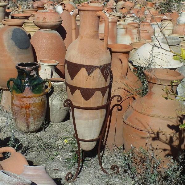 jarre de jardin en terre cuite sur pied en fer forg artisanat marocain. Black Bedroom Furniture Sets. Home Design Ideas