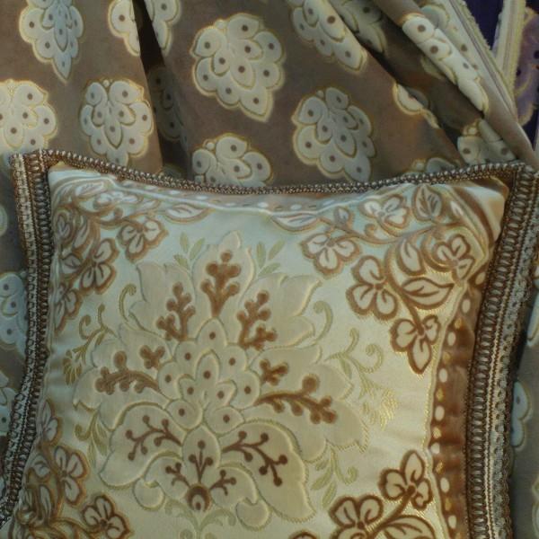 Housse de coussin beige en mobra velours marocains pour for Housse coussin salon
