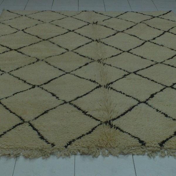 tapis beni ouarain noir et blanc en laine de mouton. Black Bedroom Furniture Sets. Home Design Ideas