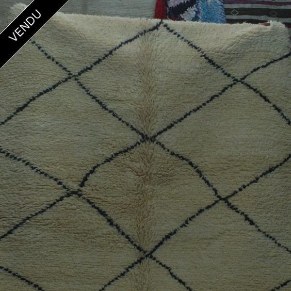 tapis beni ouarain noir et blanc pour le salon. Black Bedroom Furniture Sets. Home Design Ideas