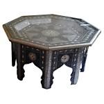 Table marocaine décorée de métal